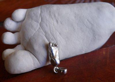 Osobní šperk 3D Memories z 3D odlitku nožičky a původní sádrový odlitek