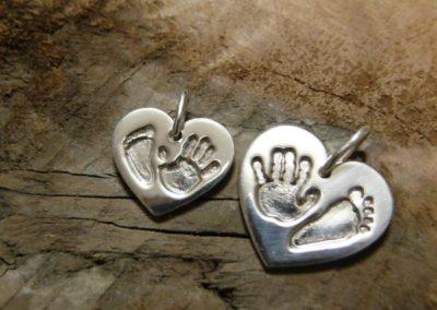 Osobní šperk 3D Memories z otisku nožičky a ručičky - srdíčko malé a velké