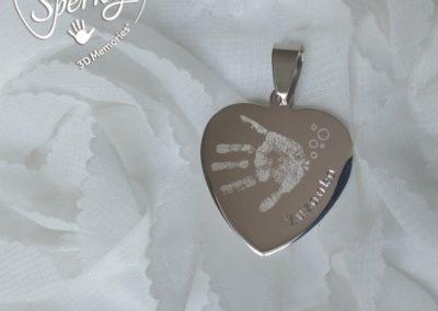 Osobní šperk z chirurgické oceli s vygravírovaným otiskem ručičky