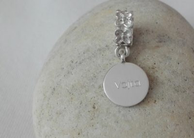 šperk s otiskem nožičky na náramek Pandora - zadní strana