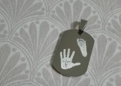Známka s otiskem nožičky a ručičky